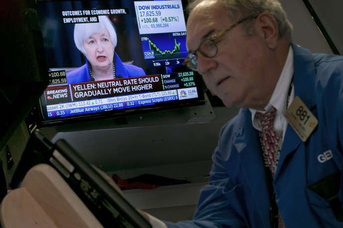 Condérence de presse de l'ancienne présidente de la Réserve fédérale américaine, Janet Yellen, retransmise à Wall Street, le 16 décembre 2015.
