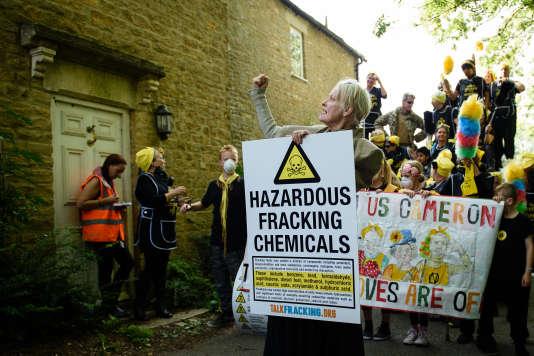 Vivienne Westwood devant la résidence du premier ministre britannique, David Cameron, à Chadlington, en septembre, pour protester contre un plan pour autoriser la fracturation hydraulique.