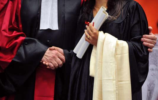 Un professeur de l'université Paris-VI Pierre-et-Marie-Curie (UPMC) serre la main d'une étudiante lors de la cérémonie de remise de son doctorat, le 13 juin 2009 à Paris.