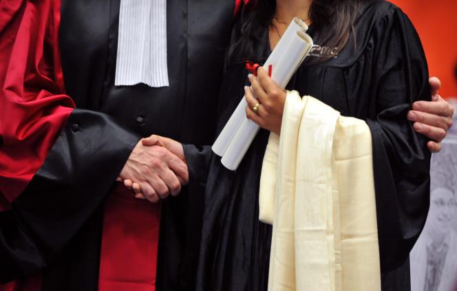 Un professeur de l'université Paris-VI Pierre-et-Marie-Curie (UPMC) serre la main d'une étudiante lors d'une cérémonie de remise de diplôme, le 13 juin 2009 à Paris. AFP PHOTO MIGUEL MEDINA / AFP / MIGUEL MEDINA