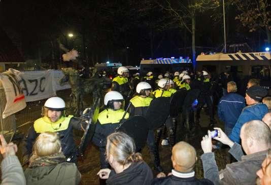 La police antiémeute fait barrage à des opposants à la construction d'un centre d'accueil pour migrants à Geldermalsen, aux Pays-Bas, mercredi 16 décembre 2015.