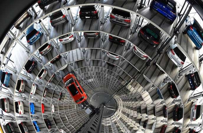 Une tour d'entreposage de voitures dans l'usine Volkswagen de Wolfsburg, en Allemagne, en 2015.