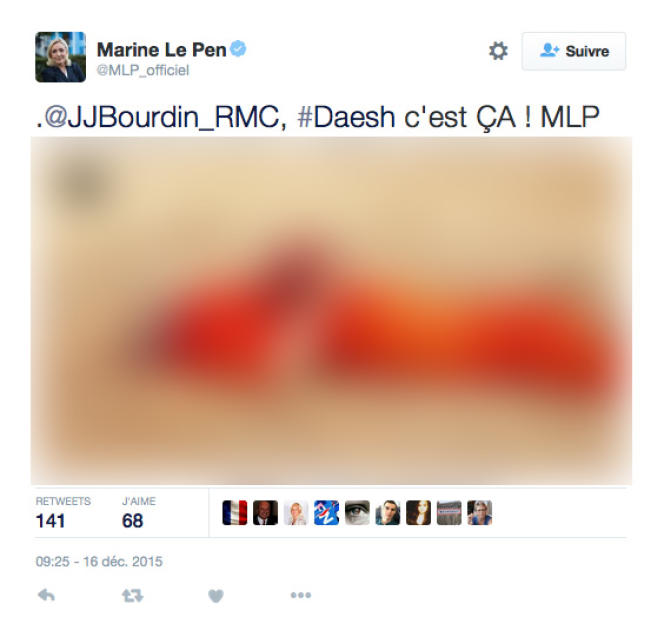 Marine Le Pen tweete sans filtre des photos de propagande de l'organisation Etat islamique, mercredi 16 décembre. Nous avons décidé de flouter l'image. Ici : un homme en tenue de prisonnier, décapité, sa tête est posé sur son torse. La bannière de l'EI est affichée en haut à droite.