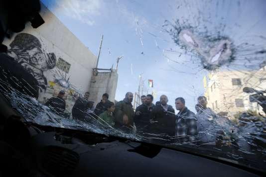 Des Palestiniens dans le camp de Qalandia, où deux Palestiniens ont été abattus par des soldats israéliens alors qu'ils essayaient de les renverser, le 16 décembre 2015.