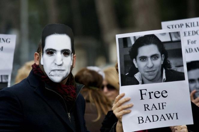 L'élan de mobilisation internationale en faveur de Raef Badawi (ici à Rome) a, pour le moment, empêché la poursuite des séances de flagellation.