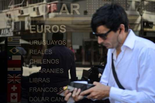 Le mercredi 16 décembre 2015 devant un bureau de change à Buenos Aires. Le gouvernement a décidé de supprimer les mesures restictives mises en place il y a quatre ans sur le taux de change entre le dollar et le peso.