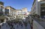 Dans le quartier de la rue Sainte-Catherine, à Bordeaux, la nouvelle place piétonne, ornée d'une fontaine, propose logements et commerces.