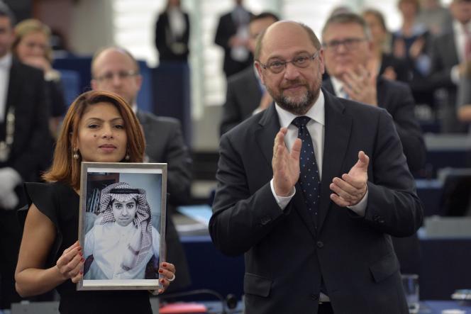 «Raïf Badawi entame sa dixième année de prison après avoir reçu de nombreux coups de fouet pour son combat pour la liberté d'expression» (Ensaf Haidar pose avec la photo de son époux – le blogueur saoudien Raïf Badawi condamné à dix ans de prison et mille coups de fouet pour injures envers l'islam » – avec Martin Schulz au Parlement de Strasbourg en décembre 2015, lors de la cérémonie pour la remise du prix Sakharov).