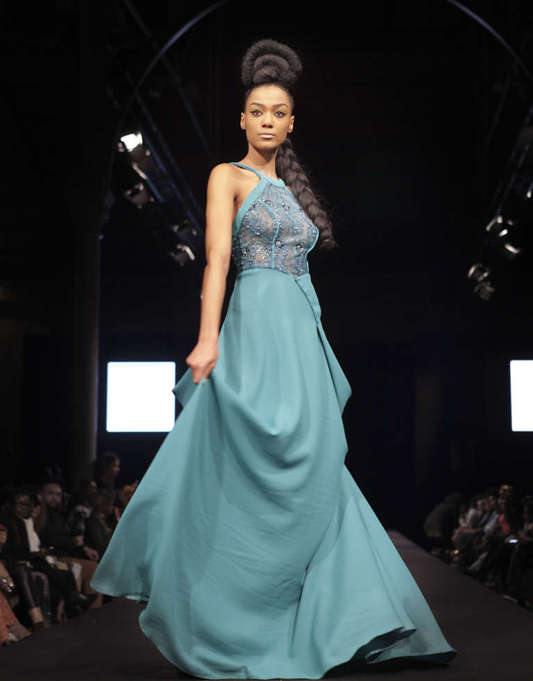Une des robes bleues du créateur camerounais Parfait Ikouba, privé de Black Fashion Week Paris, faute de visa.