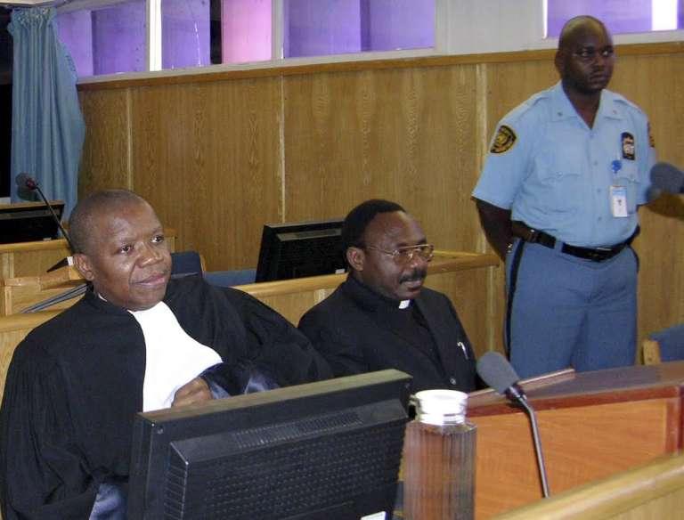 Le prêtre catholique Athanase Seromba, à Arusha (Tanzanie), devant la cour du Tribunal pénal international pour le Rwanda, le 13 décembre 2006, a été condamné à  quinze ans de prison pour avoir fait raser par des bulldozers, en 1994, son église, où il avait rassemblé 2 000 personnes.