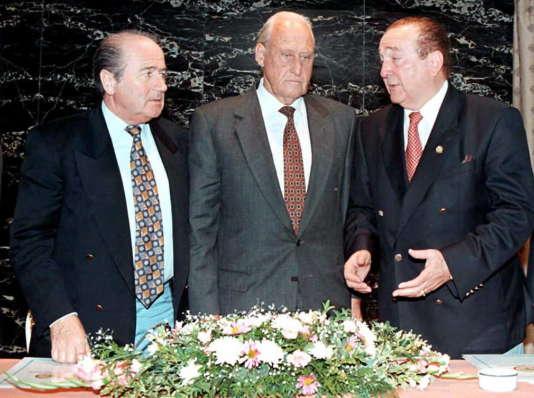 Joao Havelange, alors président de la FIFA entouré de Joseph Blatter (gauche), et Nicolas Leoz en 1996.