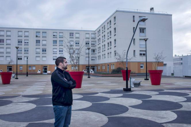 Abdellah Boudour, chez lui, sur la Dalle à Argenteuil où il a organisé sa première dictée. « On avait emprunté 40 chaises et on s'est retrouvé avec 250 personnes assises par terre. »