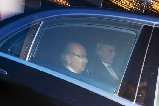 Joseph Blatter et son avocat quittant les locaux de la FIFA, le 17 décembre, après qu'il a été auditionné par le comité d'éthique de l'instance.