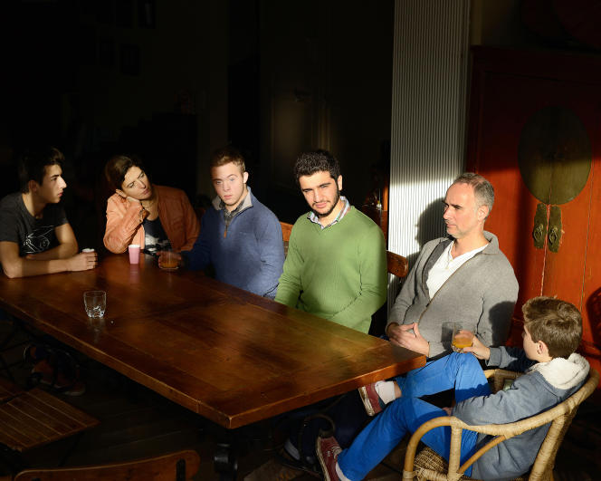 Venu de Damas, Hadi, 19 ans (en pull vert) vit temporairement à Colombes (Haut-de-Seine) chez la famille Gerrier (de gauche à droite : Timothée, Nathalie, la mère, Marin, Christophe, le père, et Melchior).