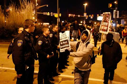 Des centaines de personnes sont descendues dans les rues de Baltimore le 16 décembre 2015, après l'annonce de l'annulation du procès de l'un des policiers accusés d'avoir provoqué la mort d'un jeune Afro-américain dans cette ville du Maryland, en avril.
