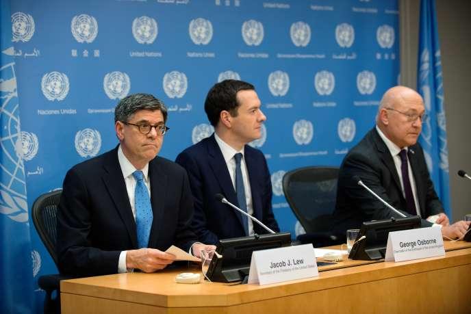 De droite à gauche, le ministre français des finances, Michel Sapin, le chancelier de l'Echiquier britannique, George Osborne et le secrétaire américain au trésor, Jacob Lew, lors d'une conférence de presse au siège de l'ONU à New York, le 17 décembre 2015.