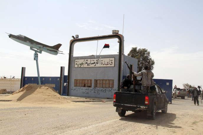 Des combattants à Syrte le 16 mars, devenue depuis bastion de l'Etat islamique.