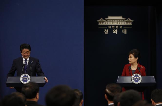 Le premier ministre japonais Shinzo Abe et la présidente sud-coréenne Park Geun-hye, lors d'un sommet trilatéral avec la Chine, le 1er novembre 2015.