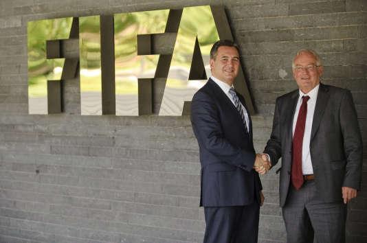 Michael Garcia, ex-enquêteur de la FIFA, et Hans-Joachim Eckert, président de la chambre de jugement du comité d'éthique de la fédération, en juillet 2012.
