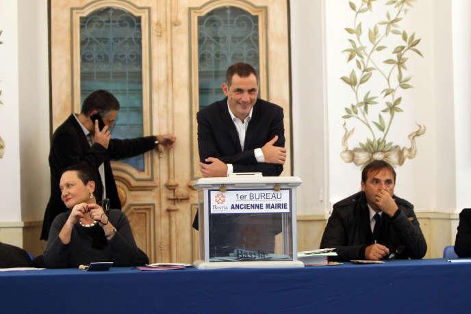Gilles Simeoni, dans un bureau  de vote à Bastia, le6décembre.