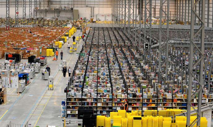 Le géant américain de la distribution en ligne – ici un de ses centres à Peterborough, dans le centre de l'Angleterre, en 2013 – a annoncé la mise en fonction de ce site, installé à Boves, près d'Amiens, en septembre 2017.