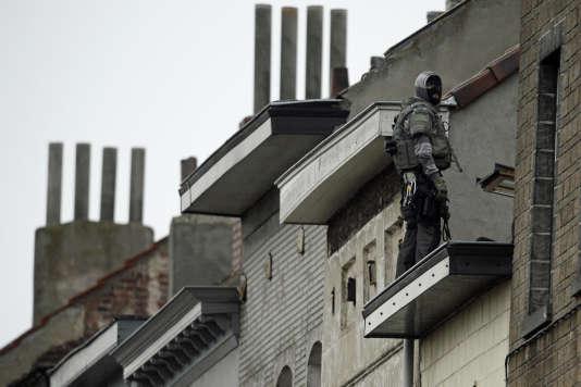 Un membre des forces spéciales belges rue Delaunoy, àMolenbeek, le16novembre.