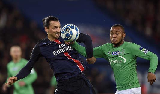 Zlatan Ibrahimovic aux prises avec le défenseur stéphanois Pierre-Yves Polomat, le 15 décembre au Parc des Princes.