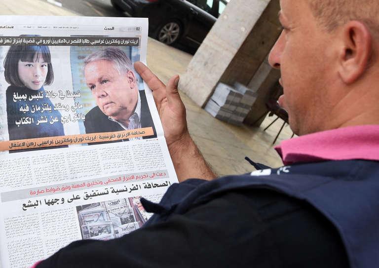 """La """"une"""" du quotidien marocain Al-Massae du 29 août 2015, à Rabat, mettant en cause les journalistes français Eric Laurent et Catherine Graciet  pour """"chantage"""" auprès du roi du Maroc."""