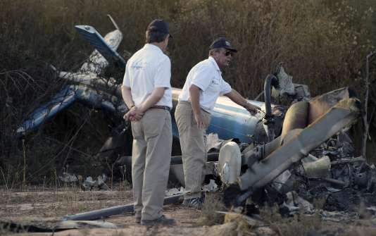 """Des experts inspectent les carcasses des hélicoptères après leur collision en mars en Argentine, lors du tournage de l'émission """"Dropped""""."""