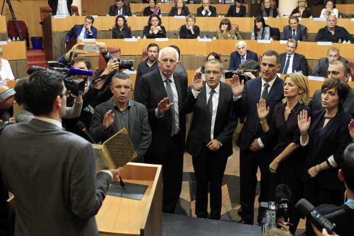 Prestation de serment des nationalistes sur un ouvrage de Pascal Paoli, le père de la nation corse, le 17décembre. Au centre, Jean-Guy Talamoni, à sa gauche, Gilles Simeoni.