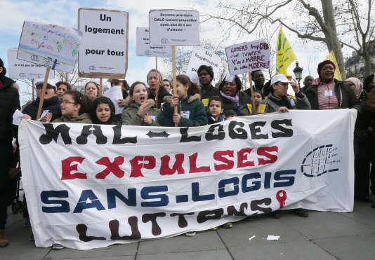 Des manifestants pour un meilleur accès au logement et contre les expulsions à Paris, fin mars 2015.