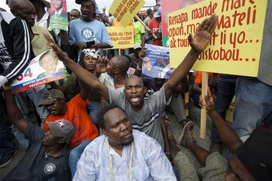 Des manifestants pro-opposition dans les rues de Port-au-Prince, le 16 décembre.