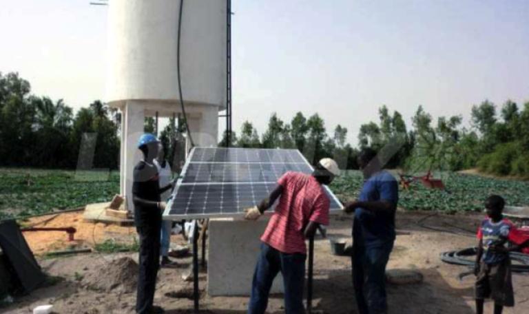 Station solaire de pompage installée dans la région de Kayar, au Sénégal.
