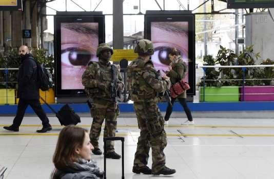 Des militaires gare d'Austerlitz à Paris, le 14 novembre.