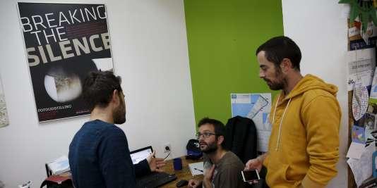 Des volontaires de l'ONG israélienne Rompre le silence dans leurs locaux de Tel-Aviv, le 16 décembre 2015.