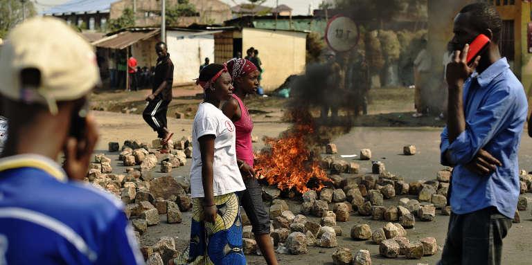 Les restes d'une barricade contre le troisième mandat du président Pierre Nkurunziza à Bujumbura le 21 juillet 2015.