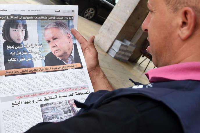 Un lecteur marocain regarde la « une» du journal «Al-Massae», qui traite du scandale«Graciet-Laurent».