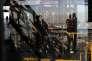«Le tourisme occupe une place cruciale dans l'économie française, avec 7,5 % de la richesse nationale et près de 2 millions d'emplois. La France est en effet le seul pays européen où le flux de visiteurs étrangers (83,7 millions en 2015) est largement supérieur à la population (66 millions)». (Photo : Des visiteurs de «la grande dame», aupremier étage de la tour Eiffel, à Paris, le mercredi 23 novembre).