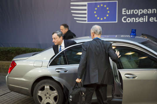 Mario Draghi, président de la Banque centrale européenne (BCE) arrive au Conseil européen pour participer à la deuxième journée du Sommet européen de fin d'année. À Bruxelles, Belgique, vendredi 18 décembre 2015 - 2015©Jean-Claude Coutausse / french-politics pour Le Monde