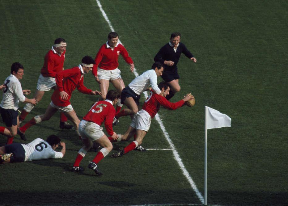 Gareth Edwards (rugby) marque contre les Français pendant la rencontre du tournoi des 5 nations France-Galles, en 1969.