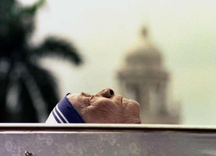 Mère Teresa, célèbre pour son engagement auprès des malades à Calcutta, devrait être canonisée le 4 septembre 2016 à Rome.