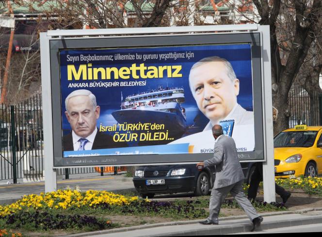 A Ankara, en mars 2013, une affiche rend hommage au président turc, après que le premier ministre israélien s'est excusé pour l'attaque d'une flotille d'aide à Gaza dans laquelle dix Turcs sont morts en 2010.
