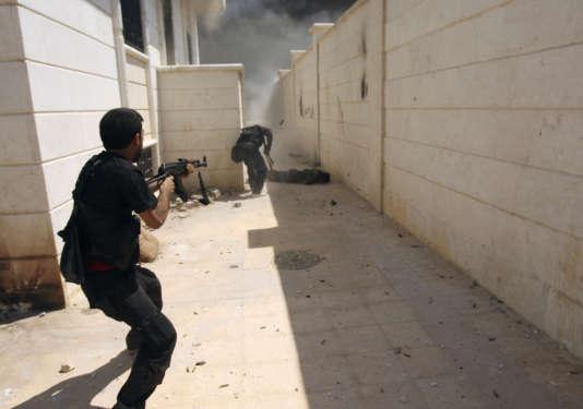 Membres de l'opposition armée syrienne, l'Armée libre syrienne, au combat, le 26 août 2013.
