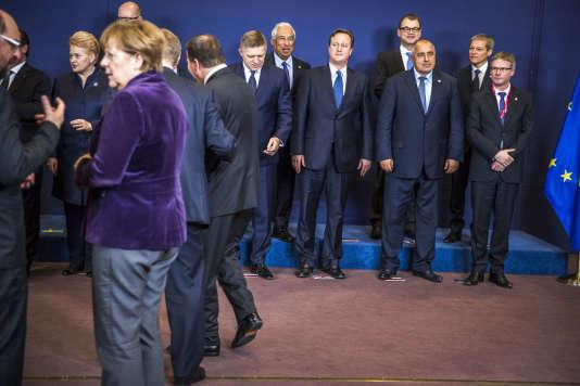 La chancelière allemande, Angela Merkel, le premier ministre britannique, David Cameron, et les chefs d'Etats européens se préparent pour une photo de famille avant le sommet européen de fin d'année, à Bruxelles, le 17 décembre 2015.