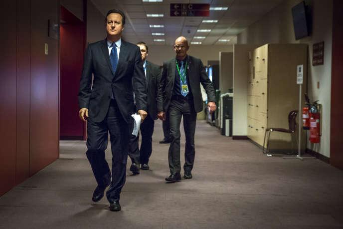 David Cameron dans un couloir du Conseil européen à la fin de la première journée du Sommet européen de fin d'année à Bruxelles le 17 décembre 2015.