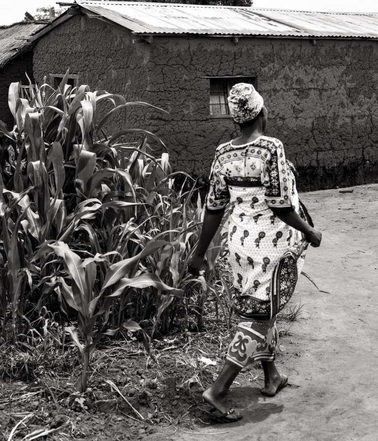 A Igunda, au cœur des hauts plateaux tanzaniens. Jeune femme en grande tenue, en route pour la réunion au village. Les femmes sont très impliquées dans les travaux agricoles et l'administration des foyers.