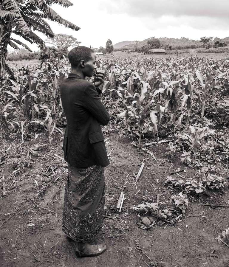 Igunda, village au cœur des hauts plateaux tanzaniens. Avant le début de la réunion, Neema est inquiète. Elle guette à travers les champs de maïs l'arrivée des fermiers, en espérant que le village se mobilisera.