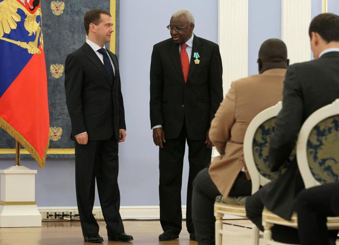 L'ex-président russe Dmitri Medvedev et Lamine Diack, ex-président de l'IAAF, le 22 novembre 2011 à Moscou.