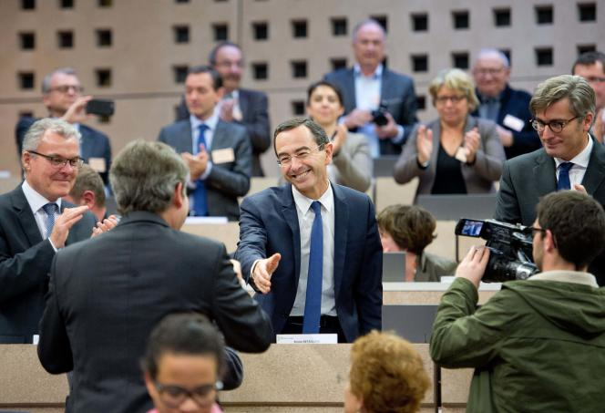 French main opposition right-wing party Les Republicains (LR) member and candidate for the presidency of the Pays de la Loire Regional Council, Bruno Retailleau (C) shakes hands with regional council's members during the election of the new president on December 18, 2015 in Nantes, western France.  / AFP / JEAN-SEBASTIEN EVRARD