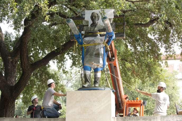 La statue de Jefferson Davis, président des Etats confédérés durant laguerre de Sécession, estretirée du campus del'université du Texas, àAustin, le 30août 2015.